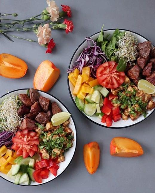 Lounassalaatti on helppo ja herkullinen, kun salaattibaarin ainekset löytyvät omasta jääkaapista.