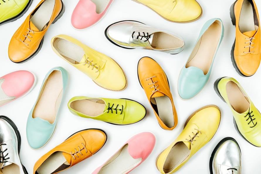 Kengät voi värjätä kotona nahkamaalilla lempivärillään.