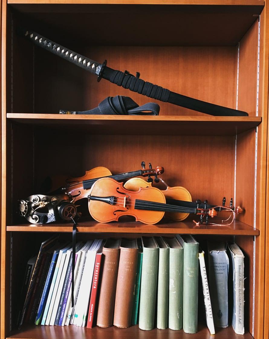 Työhuoneen hyllyssä on monia asioita, jotka muistuttavat Yoea rakkaista harrastuksista.