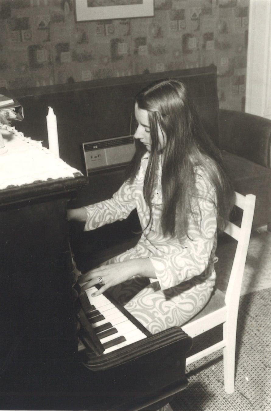 """Vuosi 1972. """"Tänä iltana juhlittiin isän pääsyä eduskuntaan. Olen 17   ja soitan yöpuku päällä."""""""