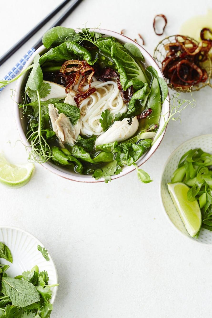 Mausteisen ja täyteläisen kanaliemen kanssa sopivat raikkaat ja rapeat vihreät kasvikset sekä yrtit. Jos et saa käsiisi paksoita, korvaa se kiinankaalilla.