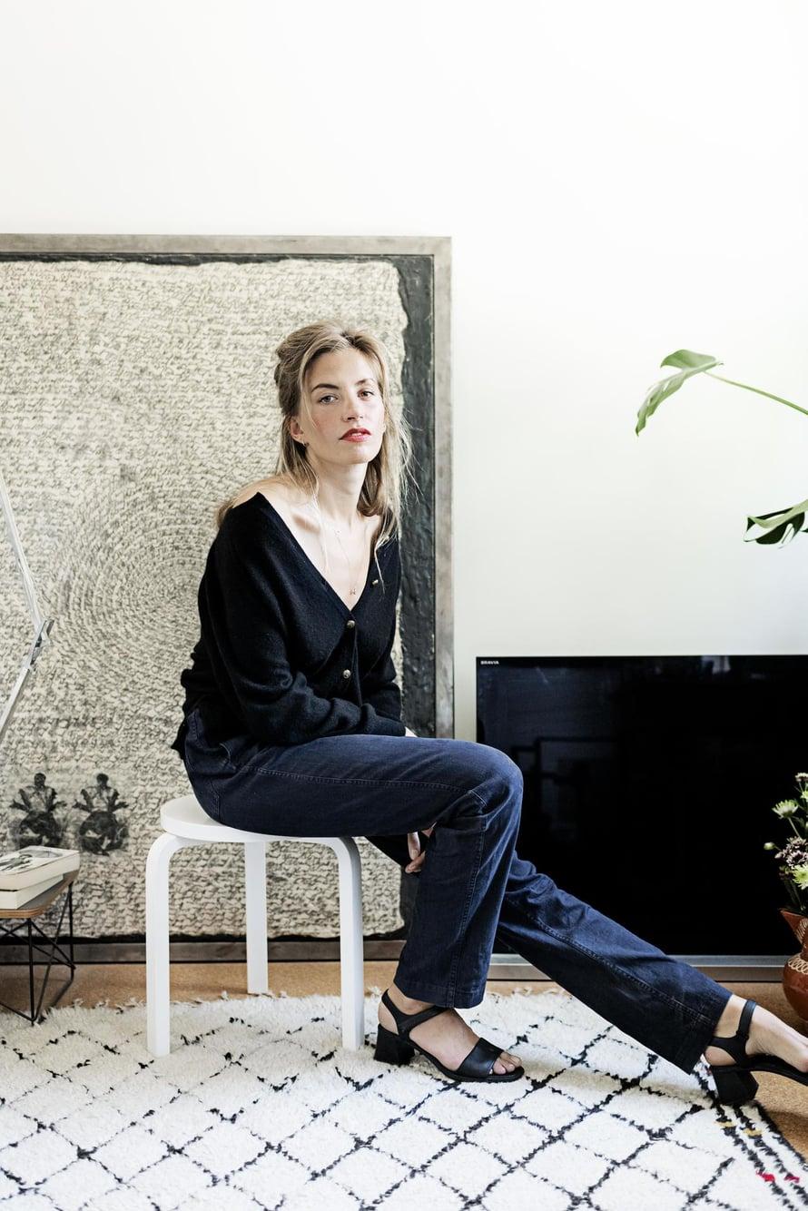 Vintage-neuletakki näyttää modernilta, kun sen napittaa vain osittain ja antaa olkapäiden näkyä. Housut Margaret Howell, kengät Camper.