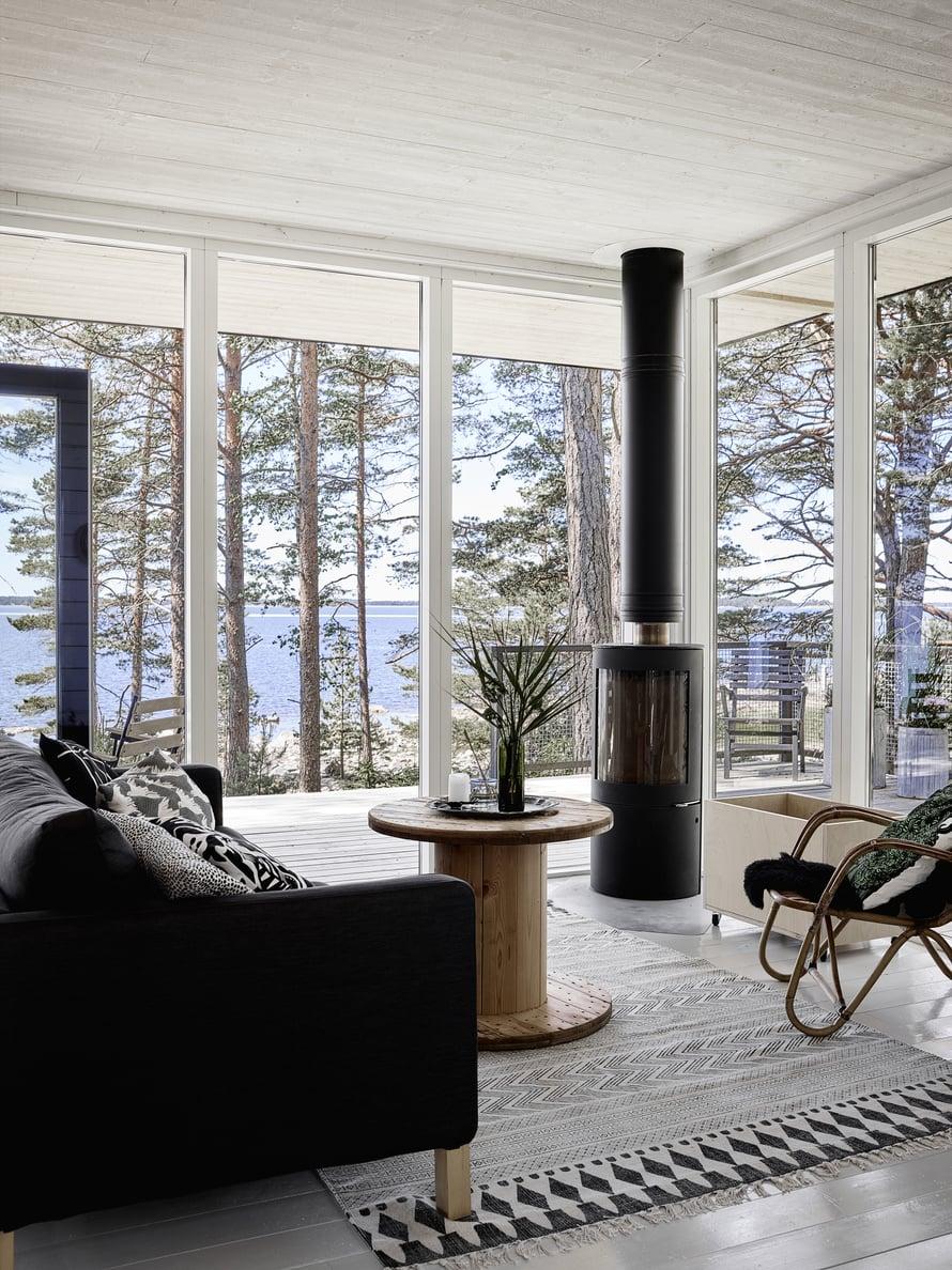 Sohvapöytänä oleva puinen kela on rakennusjäte saaren rakennusprojektista.