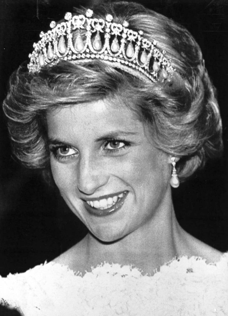 Valtava Cambridge-tiara sopii Dianan kiharakampaukseen kuin valettu. Huomaa myös näyttävät helmikorvakorut, jotka pääsevät oikeuksiinsa lyhyessä hiusmallissa. Kuva vuodelta 1985.