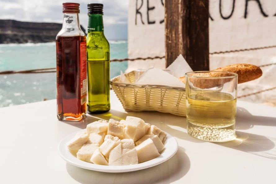 Vuohenjuusto, viinietikka, oliiviöljy ja leipä ovat hyvä välipala.