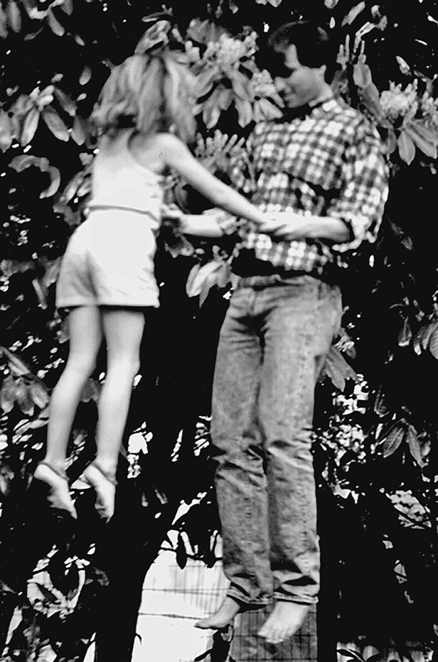 Lisa ja isä trampoliinilla. Kuvituskuva Pikkusintti-kirjasta.