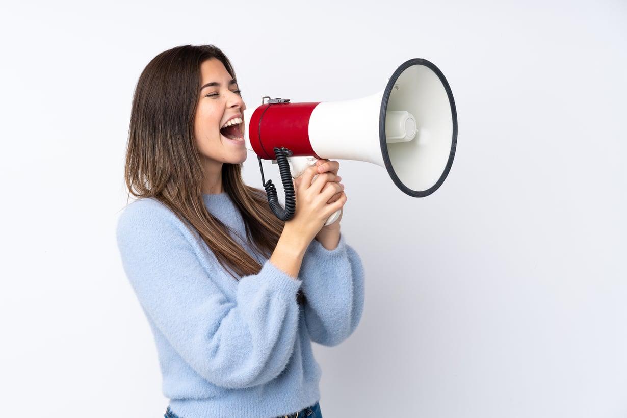 Ei, me emme suosittele megafonin käyttöä kahden ihmisen välisessä kommunikoinnissa.