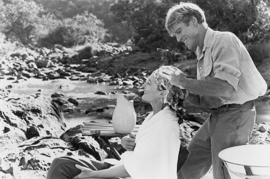 Yksi elokuvahistorian romanttisimmista kohtauksista? Robert Redford pesemässä Meryl Streepin hiuksia.