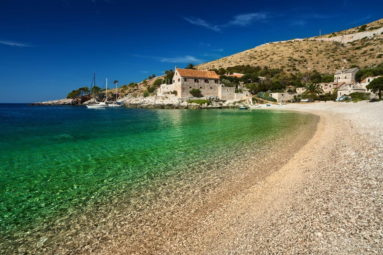 Rantaa ja reippailua, ihania drinkkejä ja aurinkoa. Bloggarit suosittelevat lomakohteeksi muun muassa Kroatian Hvarin saarta. Kuva: Shutterstock