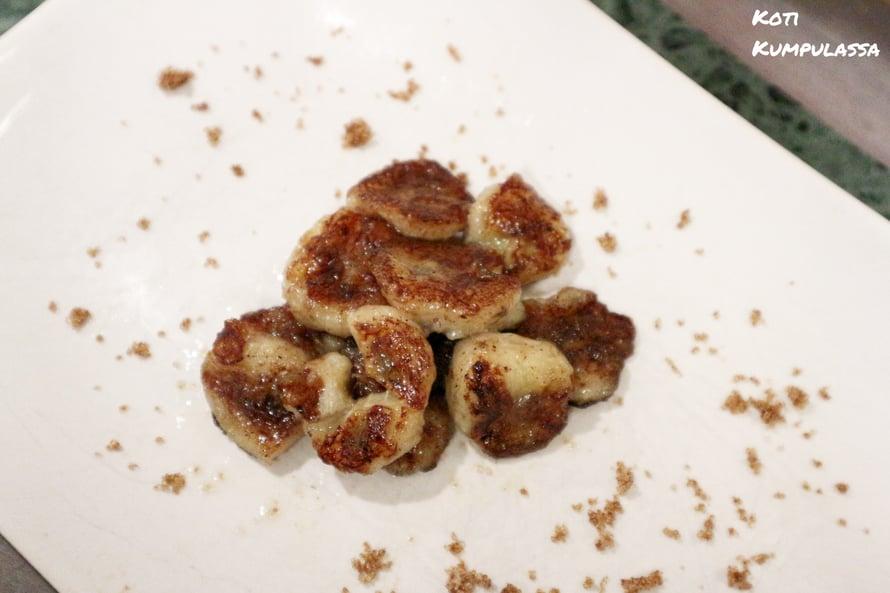 Kanelilla maustetut, paistetut banaaniviipaleet, ovat herkullinen välipala.