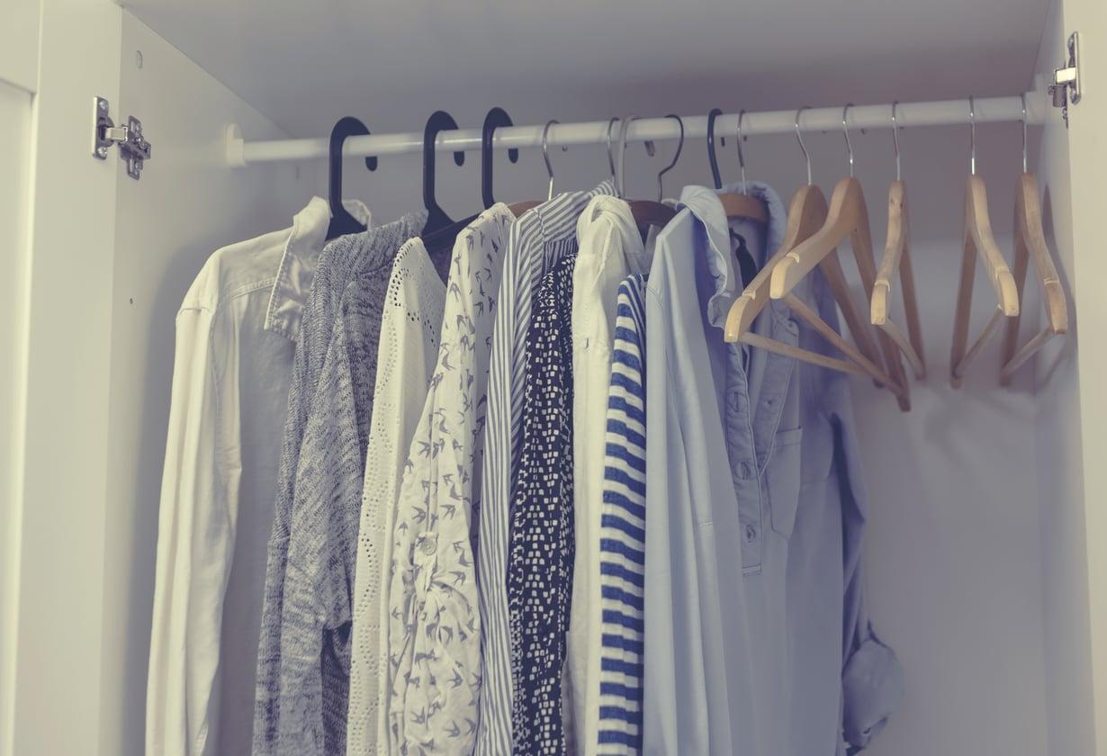 Olisikohan näistä nettikirppishiteiksi? Kirppiskonkarin mukaan netin kirpputoreilla kannattaa myydä vain kymmenen euron arvoisia tai sitä arvokkaampia vaatteita. Kuva: Shutterstock