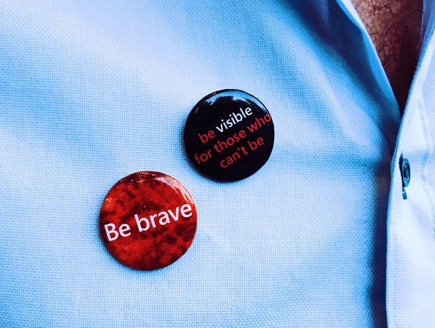 Ollin työpaikka valmistautuu Pride-kulkueeseen, jota varten hän on saanut rohkeuspinssejä.