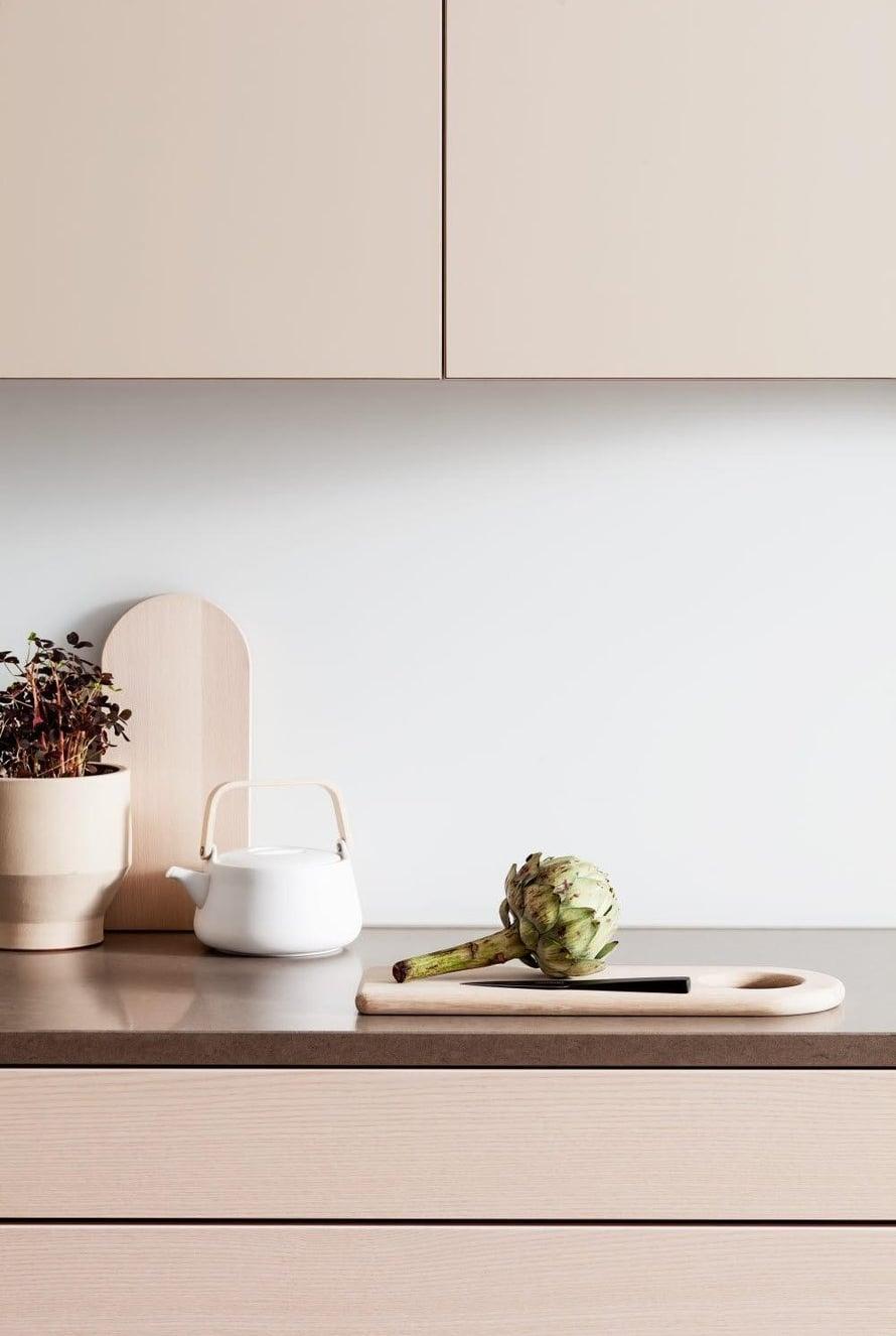 Myös rakenteelliset yksityiskohdat liitoksissa ja mittasuhteissa vaikuttavat keittiön yleisilmeeseen. HTH:n tason ja laatikoston pinta ovat samassa linjassa, eikä taso tule laatikoston yli kuten tavallisesti, hth.fi.