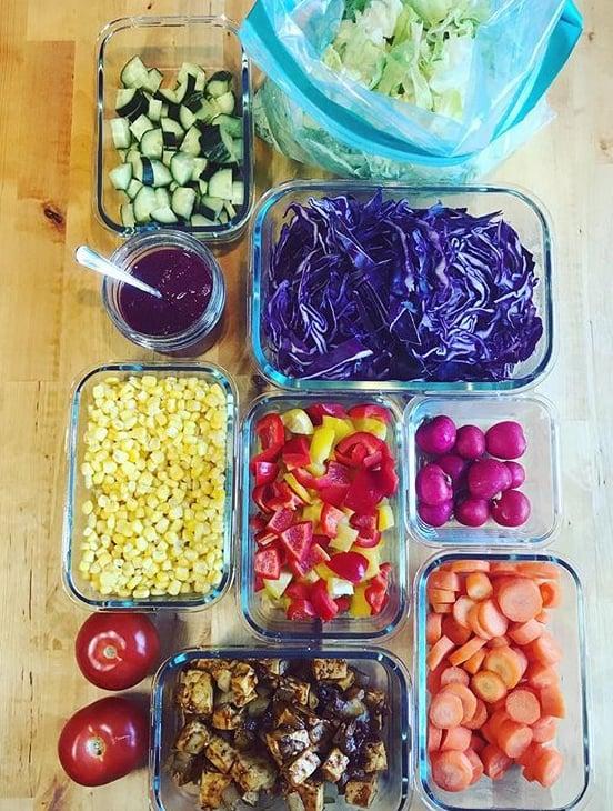 Kun on lounaan aika, Ulrika nappaa salaattibaarin ainekset jääkaapista ja kokoaa ne lautaselle.