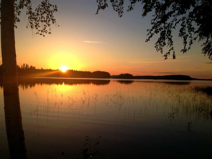 mokki kolmistaan auringonlasku