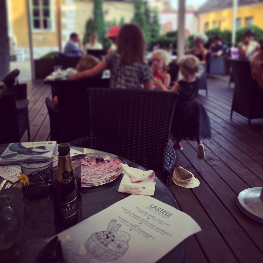 Usein ajatellaan, että suuren seurueen ravintolalasku hipoo taivaita. Ehei, pitää vain valita seurue huolella!