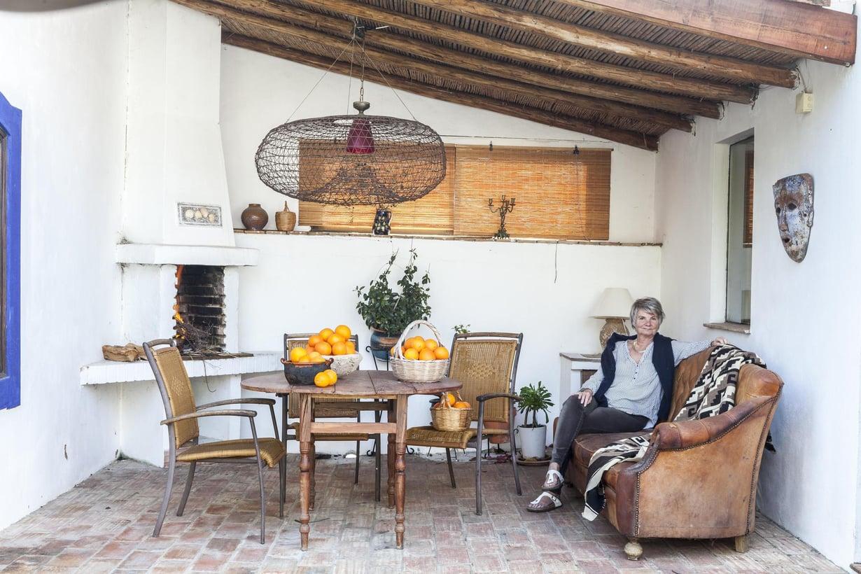 Laura Peterzensin ulko-olohuoneeseen pääsee suoraan keittiöstä. Appelsiinit ovat omalta pihalta. Kuva: Riitta Sourander