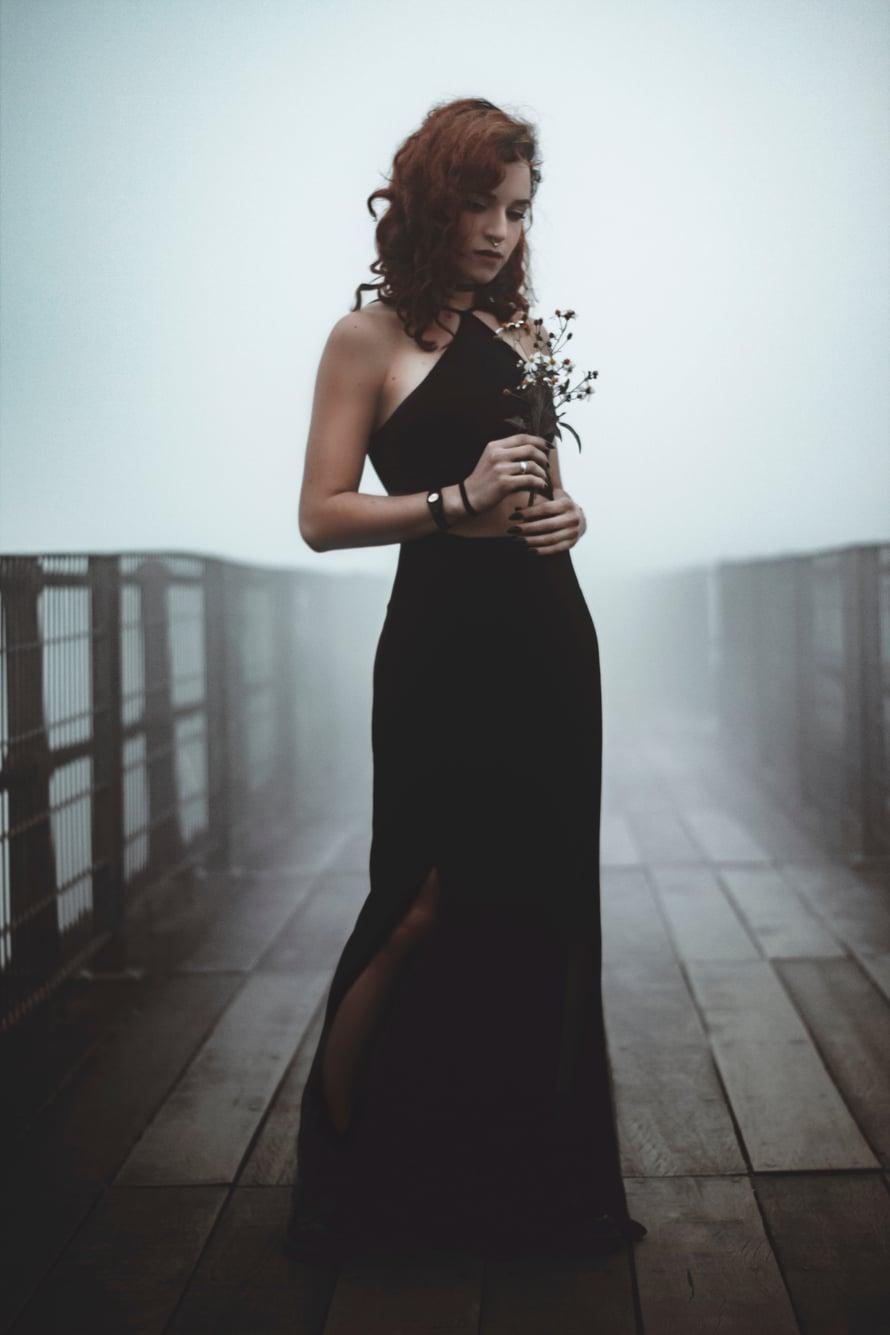 tumma puku naisilla