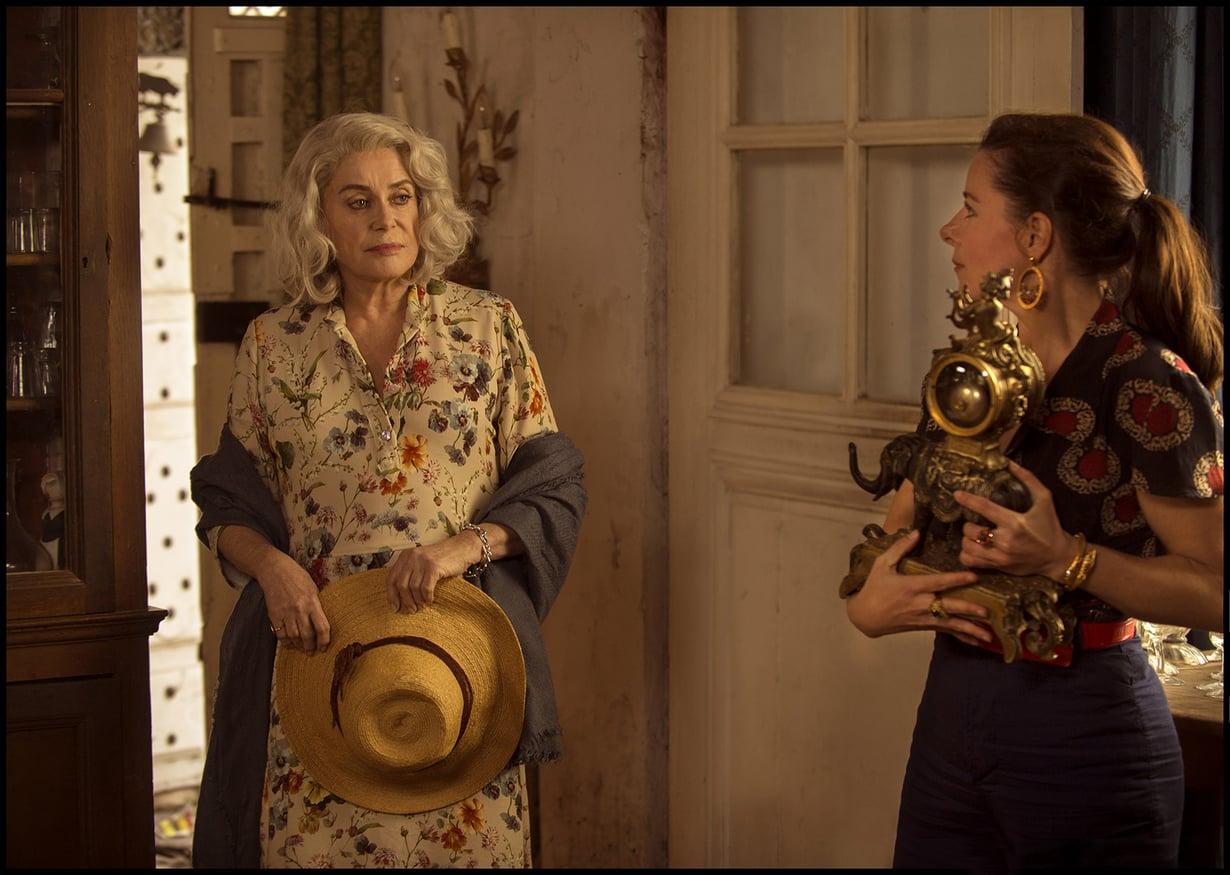 Kesän ensimmäisenä hellepäivänä Claire (Catherine Deneuve) päättää hankkiutua saman tien eroon koko omaisuudestaan.