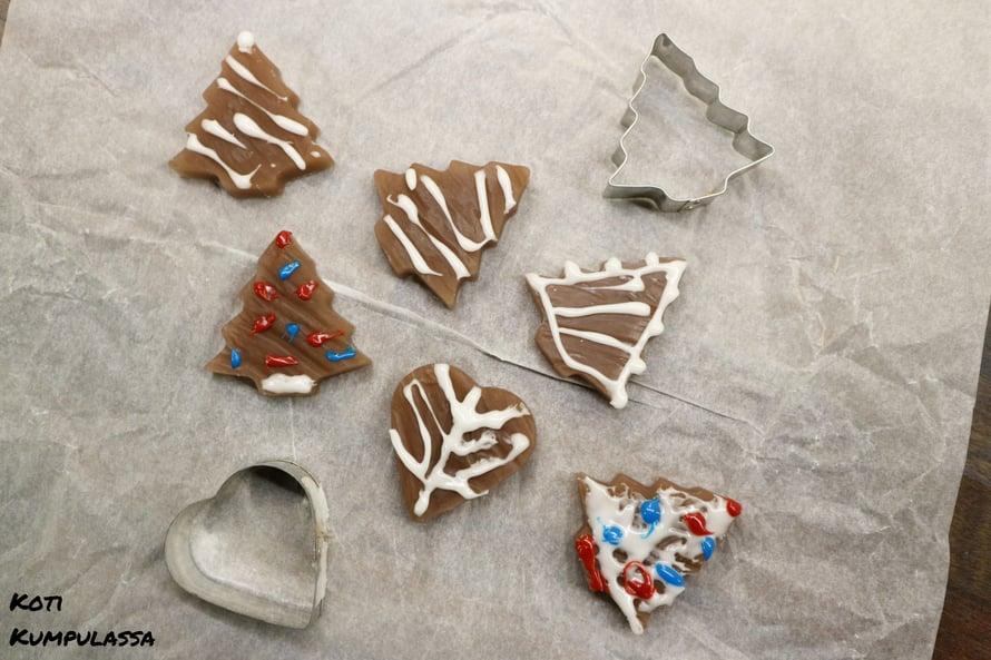 Piparkakkusaippuat koristellaan sokerikuorrutteella, joka pestään pois ensimmäisellä käyttökerralla.