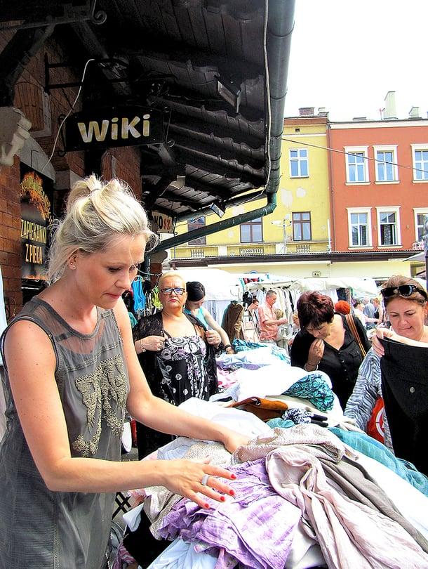 Plac Nowyn kirpputorilla myydään lauantaisin antiikkia ja sunnuntaisin vaatteita.