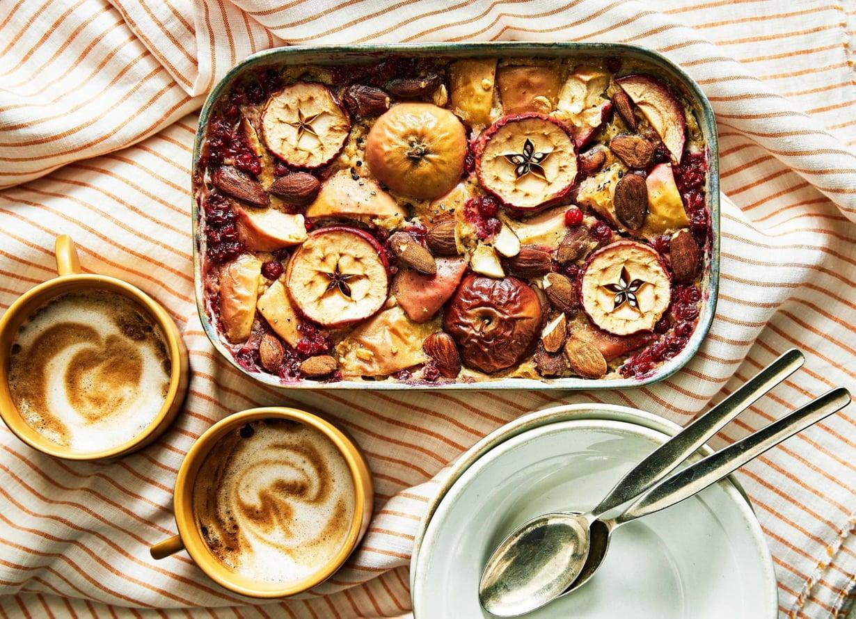 Kauraa, omenoita ja puolukoita. Syksyinen aamupala kypsyy uunissa reilussa puolessa tunnissa.