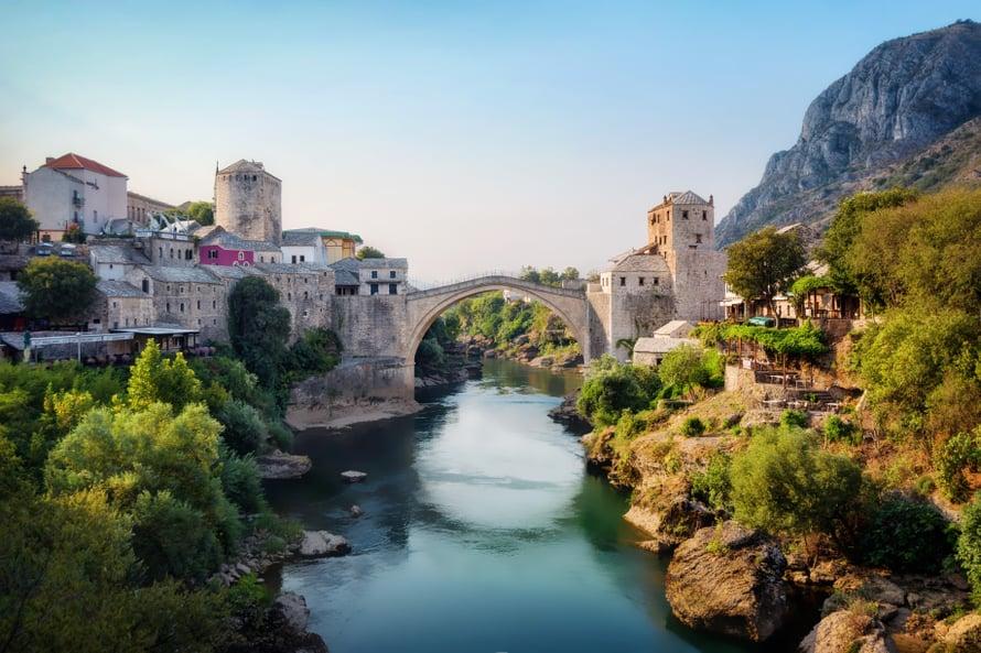Stari Most eli Mostarin silta pommitettiin Bosnian sodassa 1993, mutta se rakennettiin uudestaan jokaista kiveä myöten.