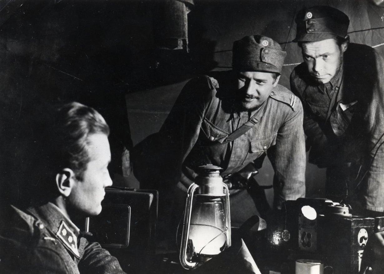 Myös Antti Rokka (keskellä) tunnettiin nopeana, ehkä jopa USA:n armeijan nopeimpiin vertautuvana nukahtajana. Kuva: Sanoma-arkisto