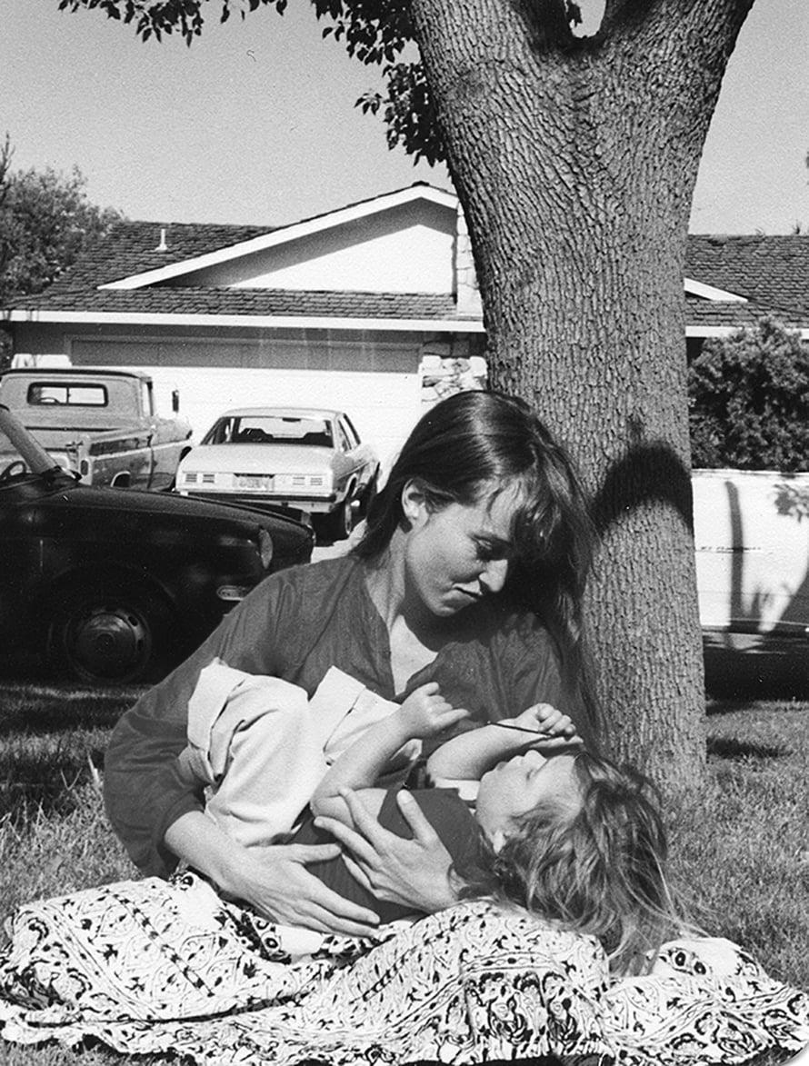 Lisa ja hänen äitinsä Chris-Ann Brennan. Pikkusintti-kirjan kuvitusta.