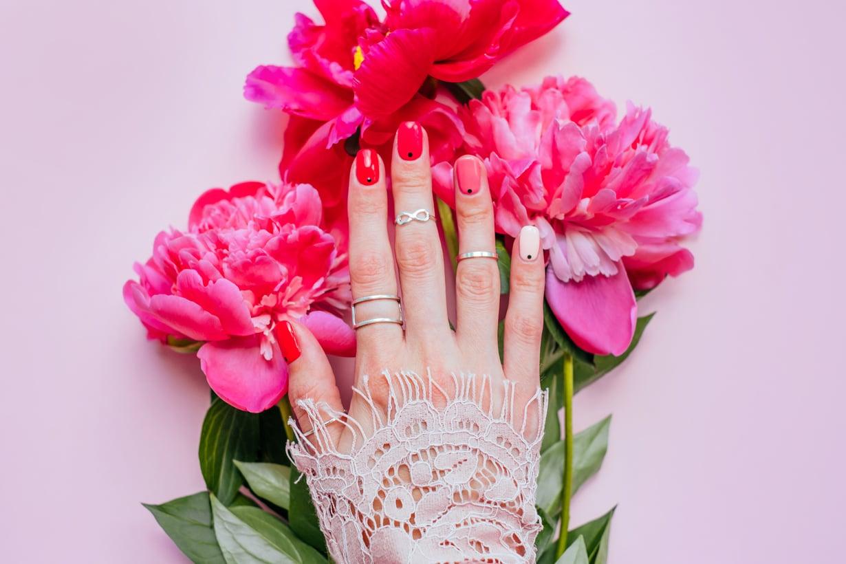 Innoitusta kynsiin voi hakea myös vaikka kukista.