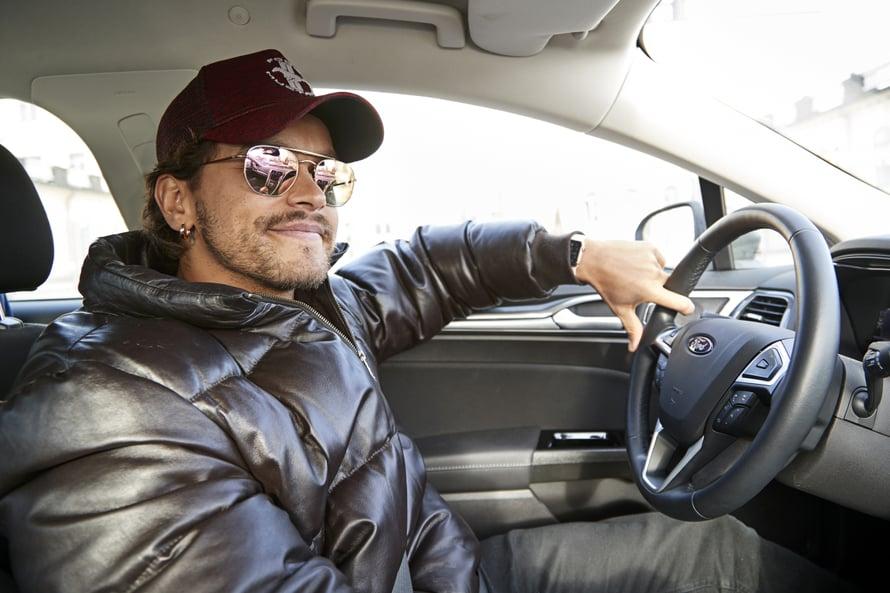Pete rakastaa ajamista. Tällä hetkellä hänellä ei ole omaa autoa, koska hänellä on yhteistyösopimus autofirman kanssa.
