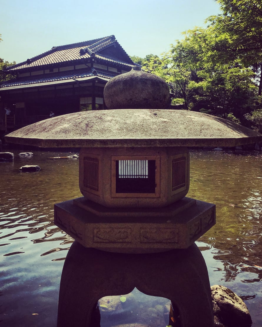 Japanilaisen puutarhan peruselementteihin kuuluu niin kutsuttu minimajakka.