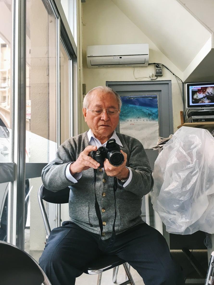 Masayasu virittää kameraansa kuvauskuntoon.