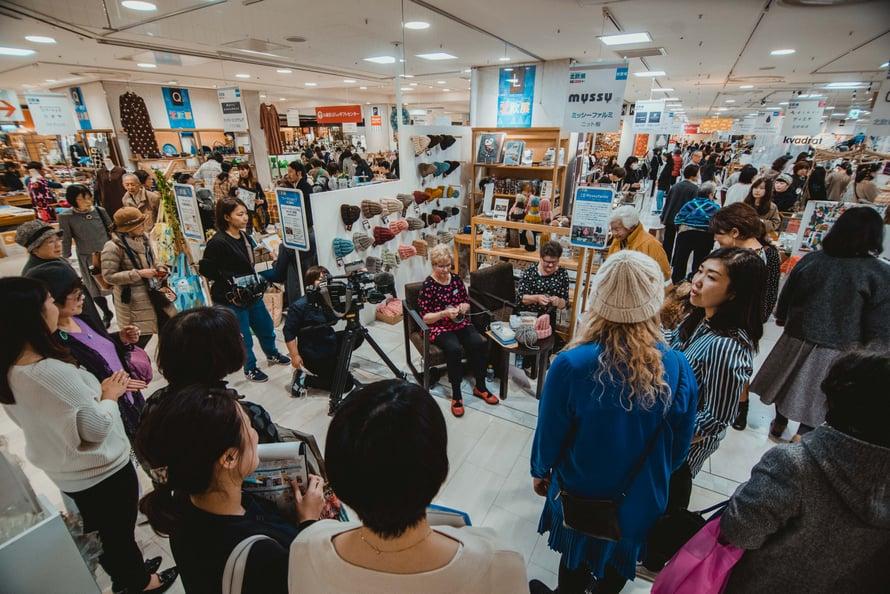 Sisarukset Soili Salminen, 69, ja Salli Seppänen, 71, ovat neuloneet kaksi viikkoa japanilaisessa tavaratalossa. Kuva: Myssyfarmi