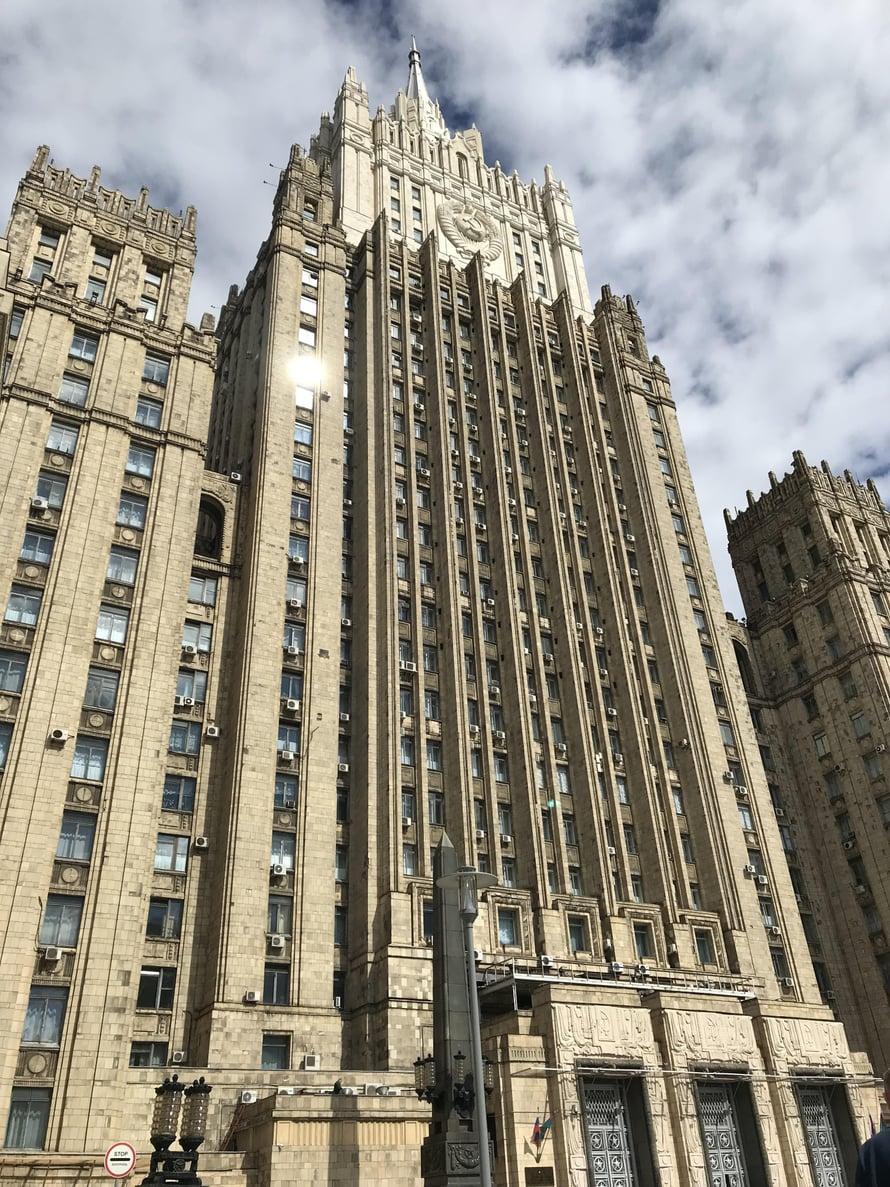 Hulppeita sosialistia pilvenpiirtäjiä on Moskovassa seitsemän, niitä kutsutaan Stalinin seitsemäksi sisarukseksi. Kuvassa Venäjän ulkoministeriö.