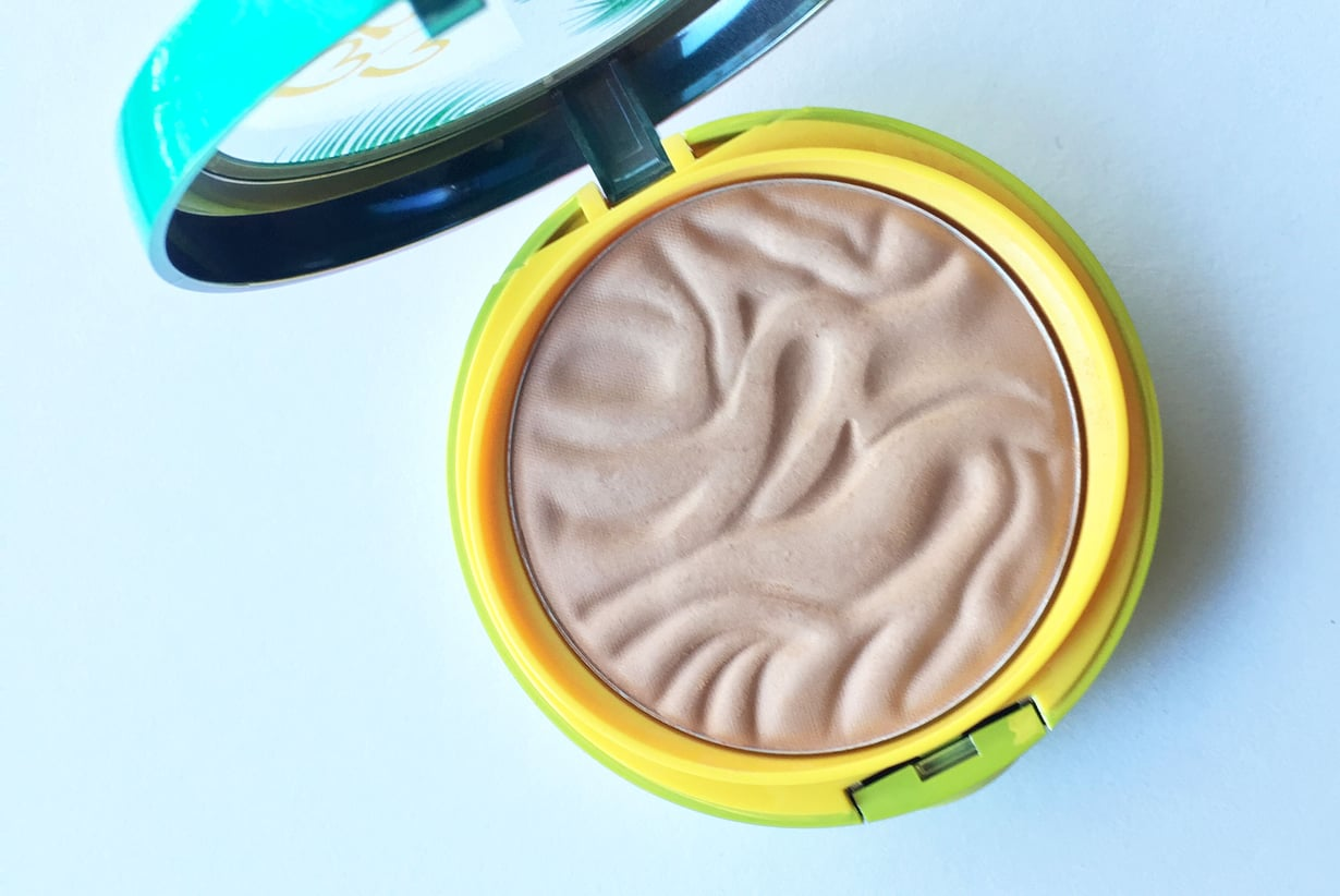 Butter Bronzer on pakattu paksuhkoon rasiaan, jossa on oma lokeronsa peilille ja applikaattorille. Kuvat: Marjut Laukia