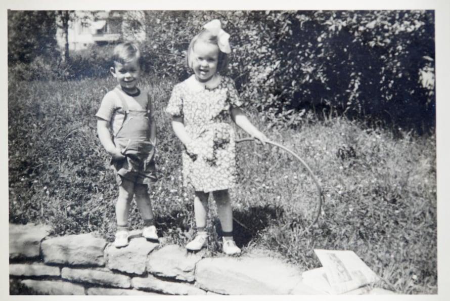 Sveitsi 1949. Merete, 4, pikkuveljensä Martinin, 2, kanssa.