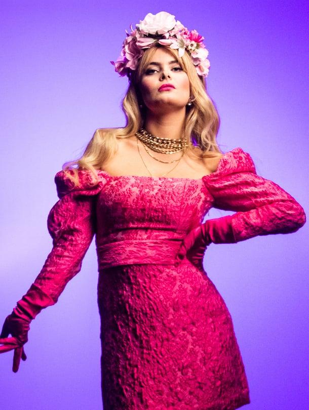 """Erika Vikman sai idean Cicciolina-biisiin, kun katsoi dokumentin italialaisesta pornonäyttelijästä ja poliitikosta Ilona """"Cicciolina"""" Stallerista. Vikmanin mukaan sanoma on se, etteivät rohkea naisellisuus ja feminismi sulje toisiaan pois."""