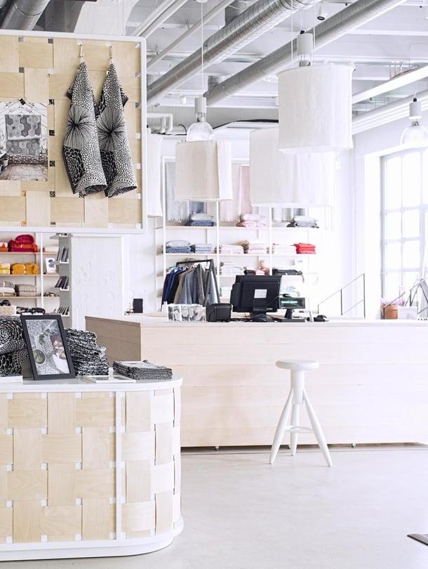Lapuan kankureiden tehtaanmyymälän kalusteet on suunnitellut japanilainen IMA Design.