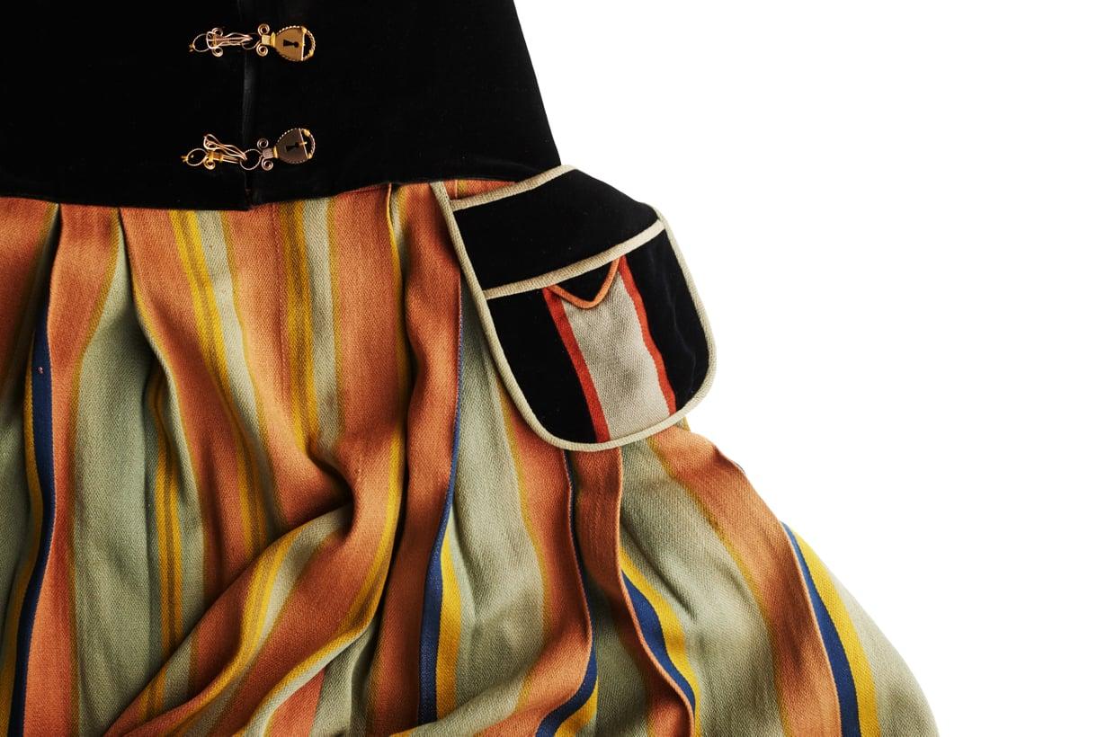 Tämä tässä on Viipurin uudempi puku. Kaunis, eikö?