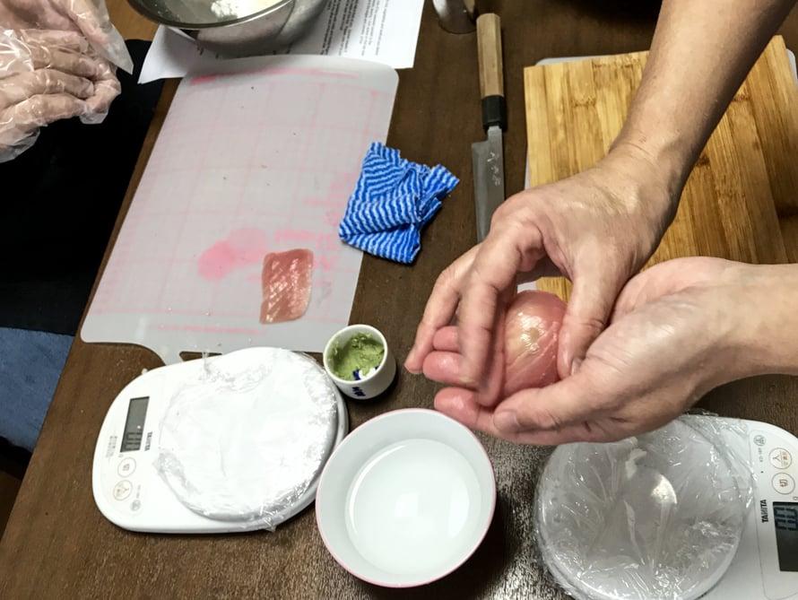 Oikeasti nigiri syntyy sushimestarilla yhden käden sormilla. Kahta kättä ei siis tarvita sen valmistamiseen.