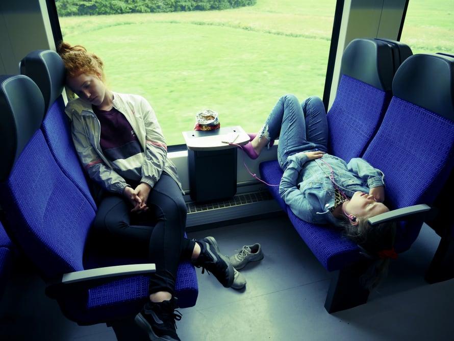 Neuschwansteinin retkelle piti lähteä aikaisin aamulla. Hertta, 15, ja Velma, 13, nukkuivat junassa.