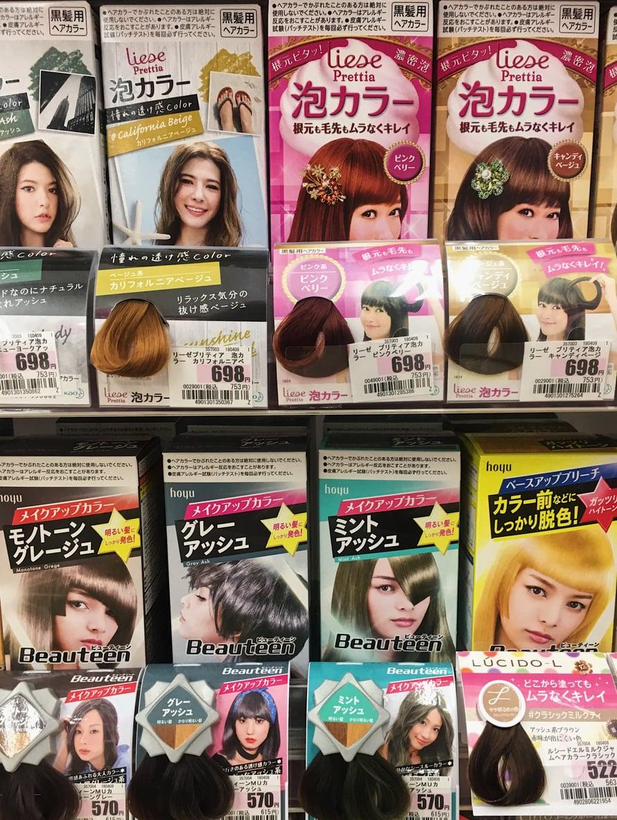 Grey ash ja mint ash (alarivillä) lienevät nyt Japanin suosituimpia hiusvärejä. Tosin moni haluaa täällä hiuksiinsa myös kuparin- ja muita ruskean sävyjä.