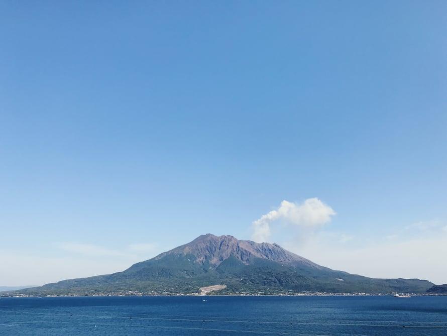 Siellä se tulivuori puksutteleepi.