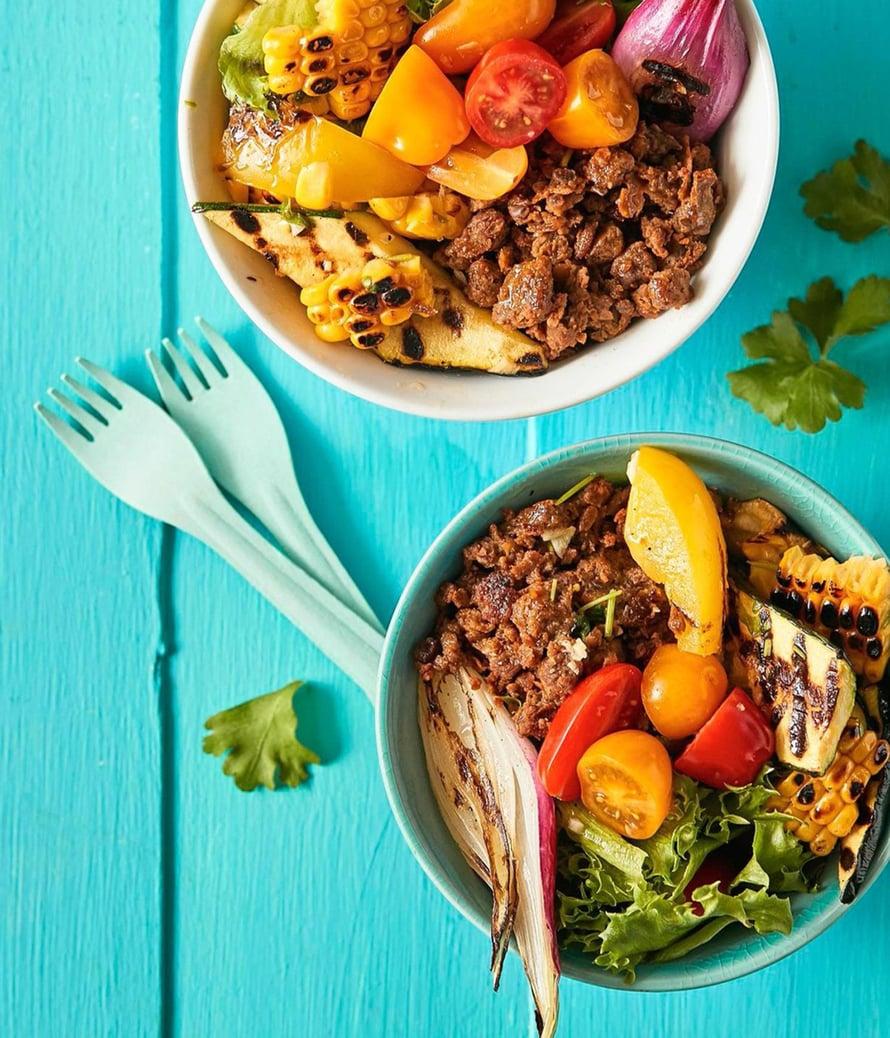 Kaikki hyvä haarukan ulottuvilla! Vegekulhon ainekset paahtuvat nopeasti uunissa tai grillissä.