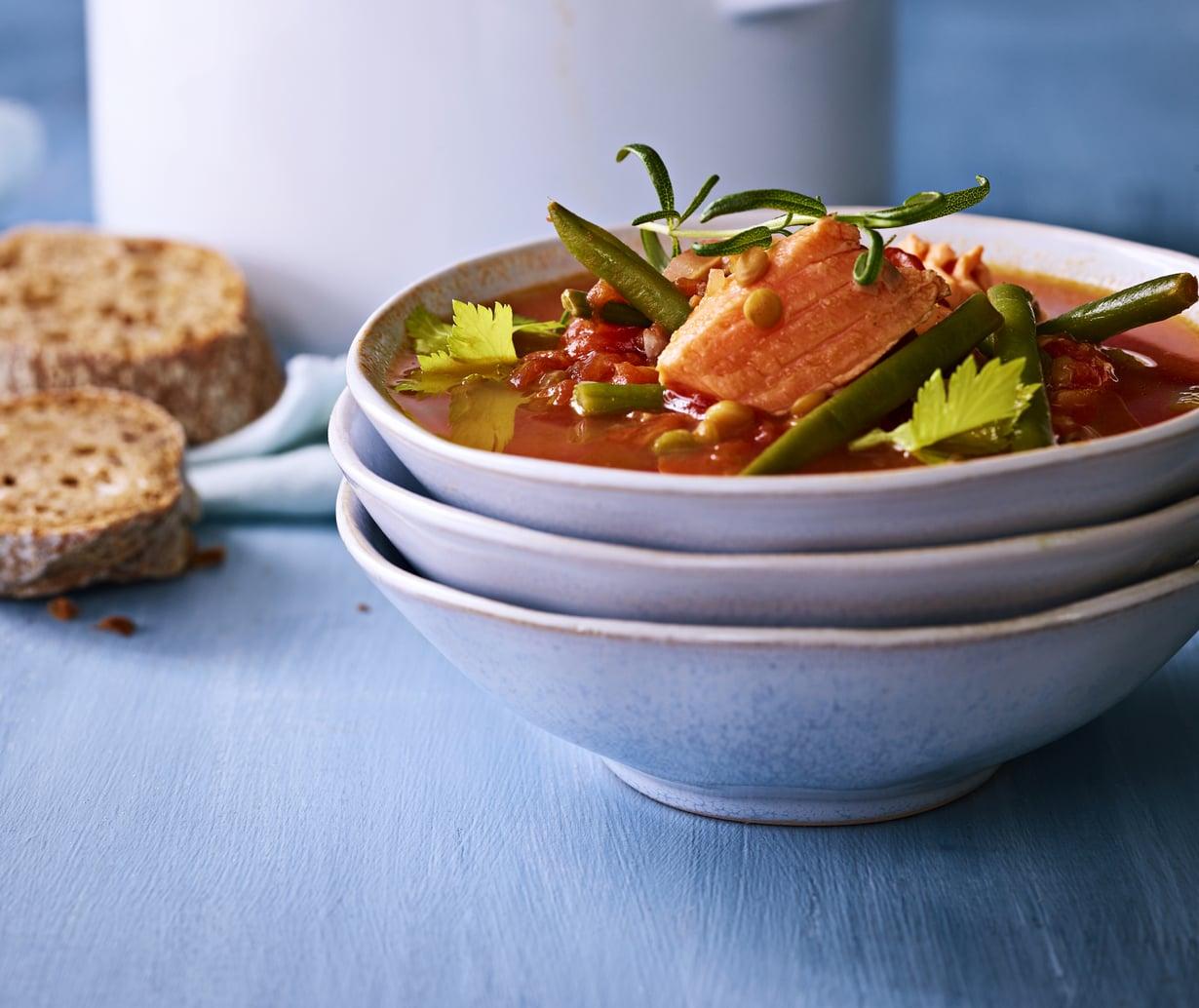 Tomaattipohjainen lohikeitto on kevyt ja maukas. Kuva: Mikko Hannula