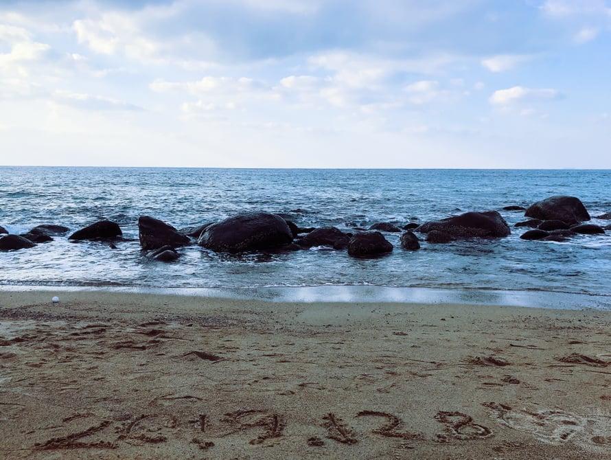 Joku kirjoitti päivämäärän hiekkaan.