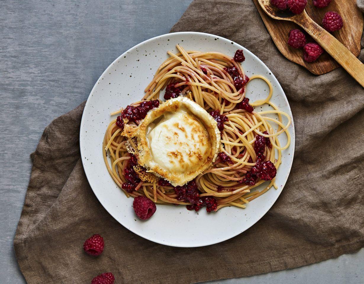 Tee pastasta valmis annos, niin täydellisesti paistunut vuohenjuustokiekko pääsee oikeuksiinsa.
