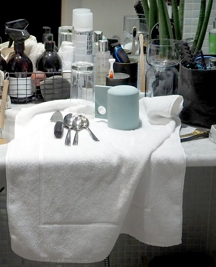 Kylpyhuone toimii niin rentoutumis- ja pesuhuoneena sekä tiskipaikkana.