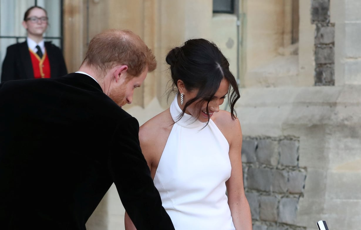 Herttuatar Meghan vaihtoi iltamenoja varten hääpukua ja heivasi hunnun. Samalla nuttura vaihtoi hieman paikkaa ja muuttui rennommaksi. Kuvat: Reuters